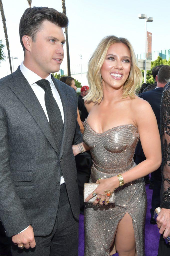 Scarlett Johansson și Colin Jost au pășit împreună pe covorul roșu al premierei din Los Angeles a filmului Avengers: Endgame. Johansson a purtat o rochieargintie mulată, ce a atras privirile, și Jost a optat pentru un costum gri
