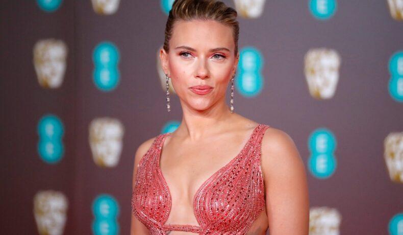 Scarlett Johansson a purtat o rochie roz decoltată, cu părul ridicat, la ediția din februarie 2020 a Premiilor BAFTA
