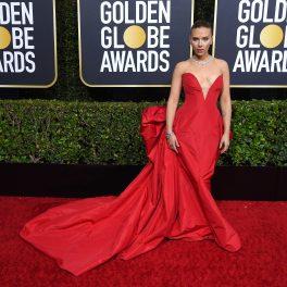 Scarlett Johansson pe covorul roșu al Globurilor de Aur, 2020. Vedeta a purtat o rochie roșie decoltată, cu trenă