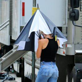 Scarlett Johansson pe platoul de filmare al Rock Your Body. Actrița a optat pentru un look relaxat, cu blugi și o bluză neagră