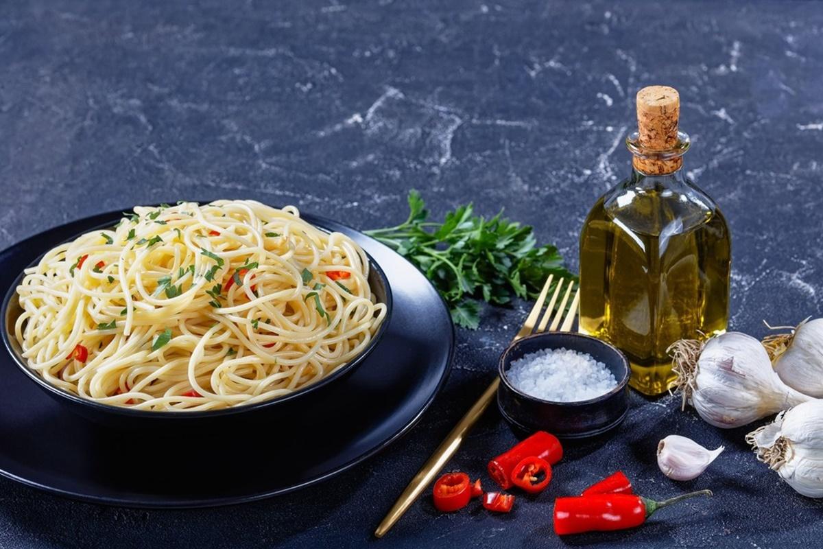 Spaghete cu usturoi și ulei de măsline gata de servit