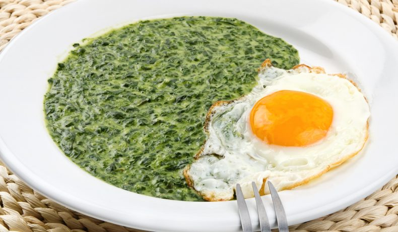 Spanac cu usturoi și lămâie, servit cu ou ochi