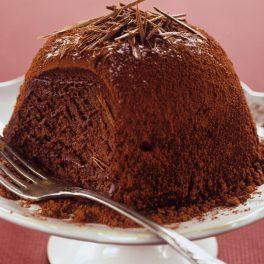 Porție de sufleu de ciocolată pe un platou de servire