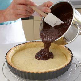 Umplerea crustei de tartă cu crema de ciocolată
