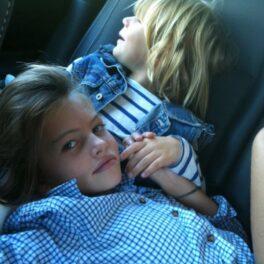 Thylane Blondeau, cea mai frumoasă fetiță din lume, în mașină, alături de alt copil. Amândoi îmbrăcați în albastru și se țin de mână