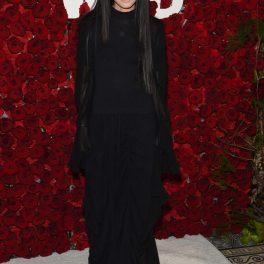Vera Wang, pe covorul roșu, la un eveniment monden în anul 2018, într-o rochie lungă, neagră