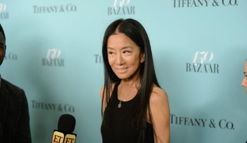 Vera Wang, la petrecerea Harper's Bazaar în 2017, îmbrăcată în negru, în timp ce acordă un interviu