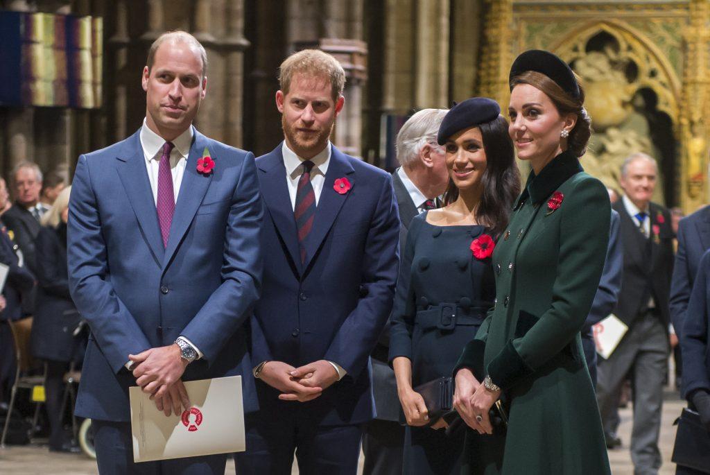 Prințul William, Prințul Harry, Kate Middleton, Meghan Markle, Westminster Abbey, 2018, eveniment pentru eroii Primului Război Mondial. Harry și William sunt îmbrăcați în costum, Kate a optat pentru o ținută verde și Meghan pentru una în nuanțe de albastru închis