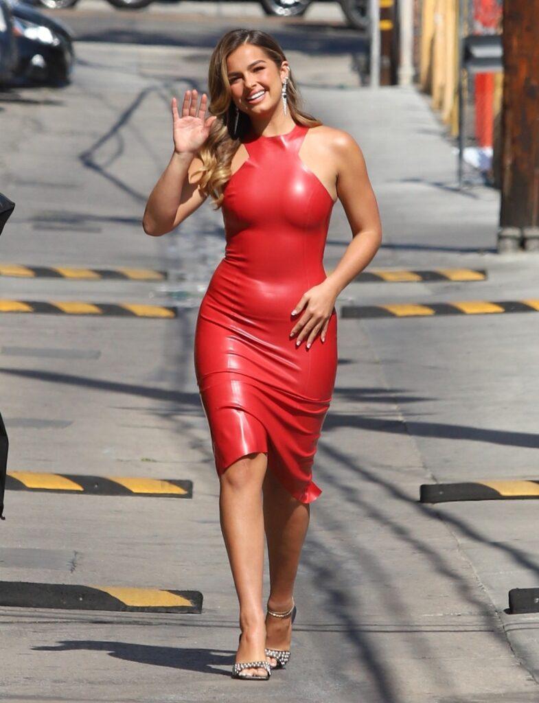 Addison Rae a adoptat un trend nou și a purtat o rochie roșie mulată din latex în timp ce le făcea cu mâna fotografilor pe străzile din Los Angeles