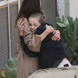 Shiloh Jolie-Pitt în timp ce își strânge în brațe mama, Angelina Jolie, și zâmbește larg
