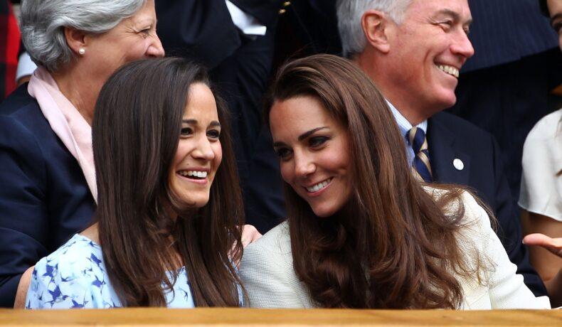 Pippa Middleton alături de sora sa, Kate Middleton în timp ce își vorbesc la la un meci de tenis din anul 20112