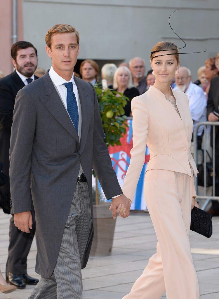 Beatrice Borromeo într-un costum roz în timp ce îl ține de mână pe soțul său, Pierre Casiraghi