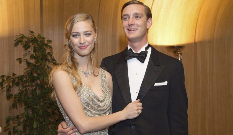 Beatrice Borromeo într-o rochie elegantă argintie alături de Pierre Casiraghi care poartă un frac negru