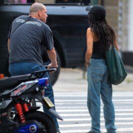 Channing Tatum în timp ce partă un tricou negru și o pereche de blugi și merge pe o biciletă alături de noua sa iubită, Zoe Kravitz care poartă o pereche de blugi și un maieu negru
