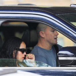 Channing Tatum în timp ce poartă un tricou gri și se află la volanul unei mașini negre, alături de noua sa iubită, Zoe Kravitz