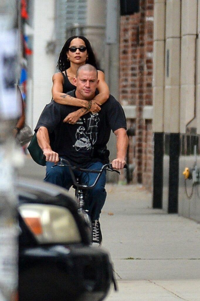 Channing Tatum într-un tricou negru și o pereche de blugi, care are o nouă iubită, în timp ce merge pe bicicletă și o ține în spate pe Zoe Kravitz