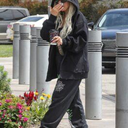 Christina Aguilera care a renunțat la ținutele elegante și a purtat pe stradă un hanorac negru cu glufă și o pereche de tantaloni largi