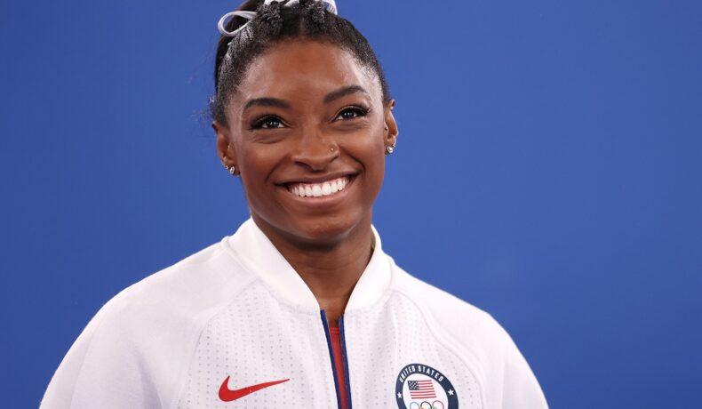 Portret al gimnastei Simone Biles în timp ce zâmbește la cameră în cadrul Jocurilor Olimpice de la Tokyo din 2021