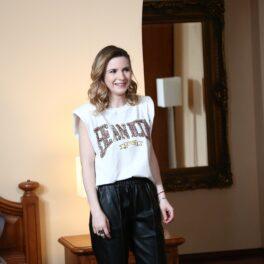 Cristina Ciobănașu în timp ce filmează pentru serialul Adela purtând un tricou alb și o pereche de jeanși negri