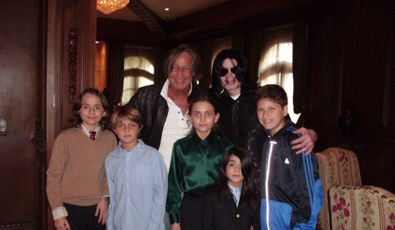 Michael Jackson alături de cei trei copiii ai săi, Paris, Prince și Bigi, împreună cu Mohamed Hadid și cei doi băieți ai săi