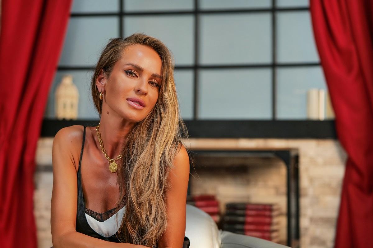 Vedeta Diana Munteanu în timp ce zâmbește la cameră pentru interviul oferit pentru echipa CaTine.ro