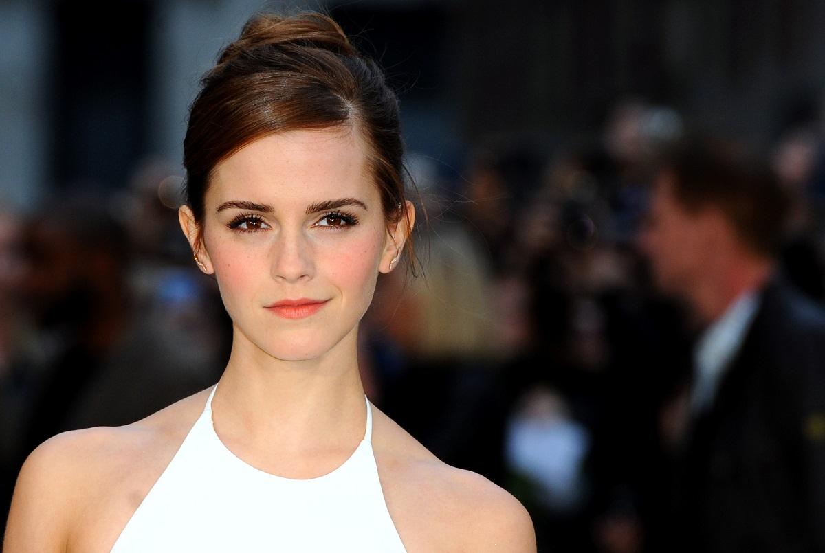 Emma Watson în timp ce poartă o rochie albă și participă la premiera filmului Noah în anul 2014