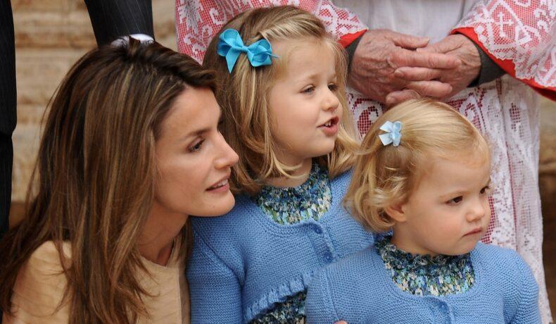 Regina Letizia alături de fiicele sale, Infanta Sofia și Prințesa Leonor care poartă două rochițe albastre