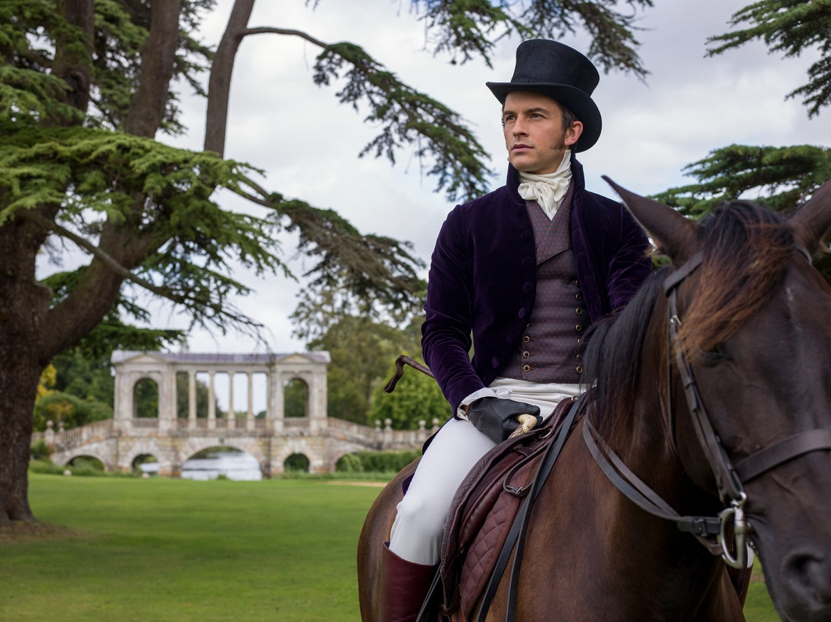 Jonathan Bailey pe cal într-un din scenele din primul sezon al serialului Bridgerton