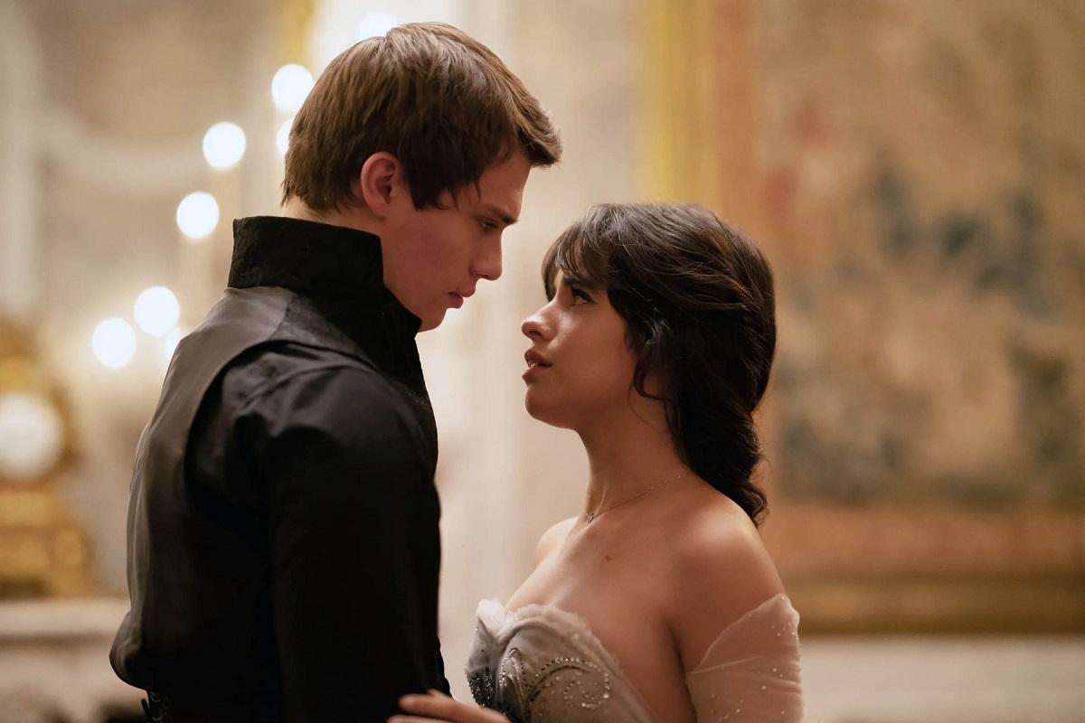 Regia: Kay Cannon Cu: Camila Cabello și Nicholas Galitzine în timp ce se privesc în ochi într-o scenă din musicalul care urmează să se lanseze intitulat Cenușăreasa