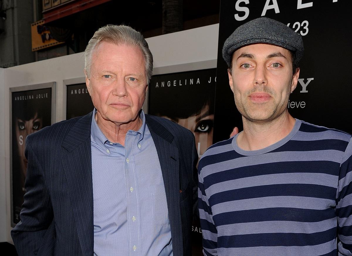 Fratele Angelinei Joli, James Haven Voight, într-o bluză gri cu dungi albastre, purtând o șapcă gri, alături de actorul Jon Voight, tatăl său la premiera unui film