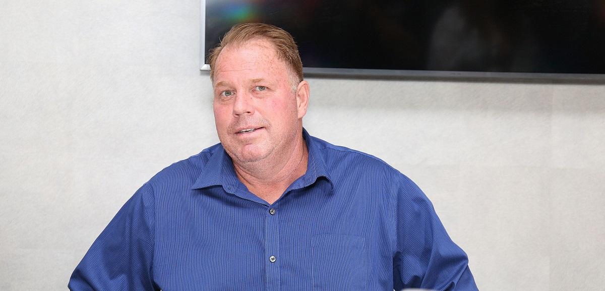 Thomas Markle Jr la o conferință de presă după un meci de box purtând o cămașă albastră