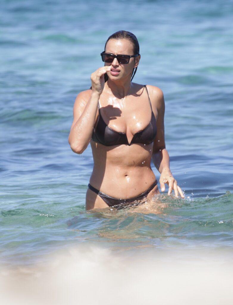Irina Shayk a demonstrat că are un fizic perfect, într-un costum de baie maro în timp ce se află în apă