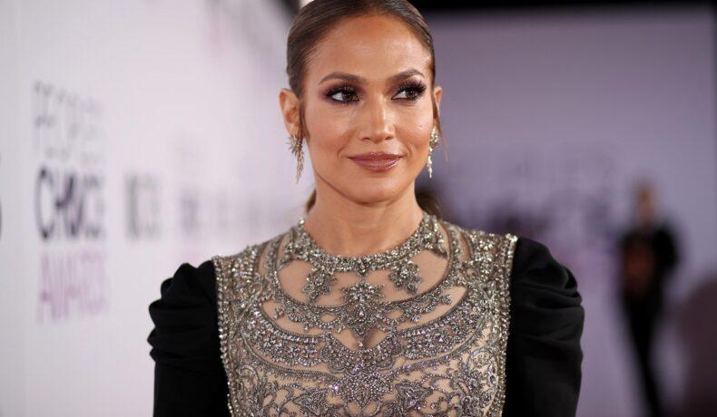 Artista Jennifer Lopez în timp ce poartă o rochie cu mâneci lungi negre și broderie argintie pe piept la People's Choice Awards 2017