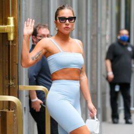 Lady Gaga în timp ce iese dintr-un hotel din New York și poartă un crop top albastru și o pereche de colanți de aceeași culoare