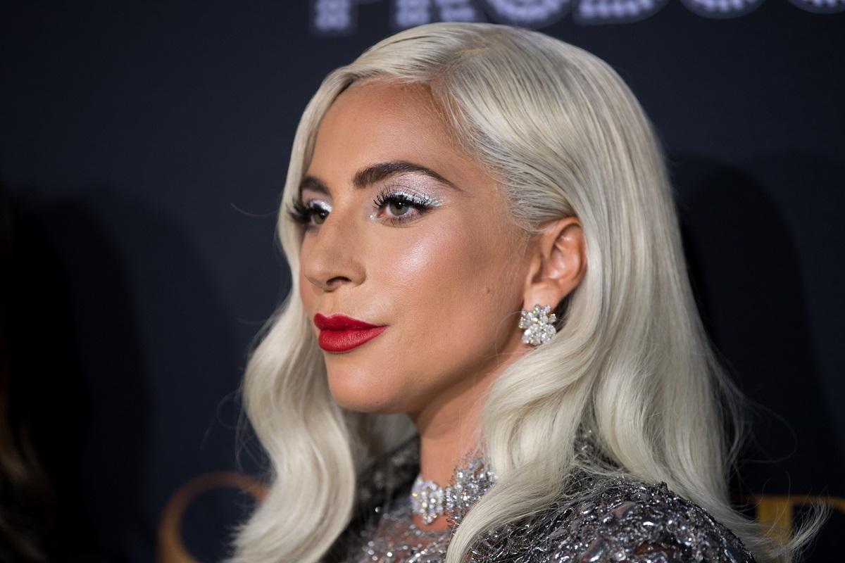 Portret al artiste Lady Gaga din profil cu părul alb în timp ce participă la premiera filmului A Star is Born din 2018