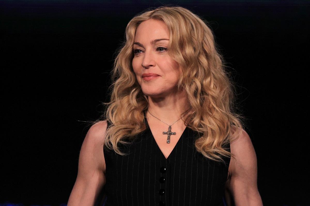 Madonna într-o bluză neagră cu o cruciuliță la gât în timp ce particiă la Super Bowl în 2012