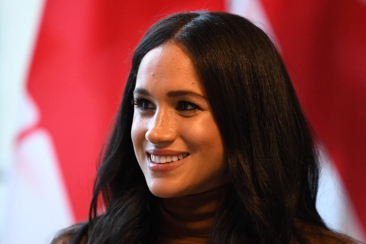Portreat al Ducesei de Sussex, Meghan Markle în timp ce zâmbește în timpul unei vizite oficiale din Canada din 2020