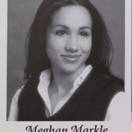 Meghan Markle într-un portret alb negru în timp ce poartă o cămașă și o veste și zâmbește într-o imagine din albumul de absolvire al liceului