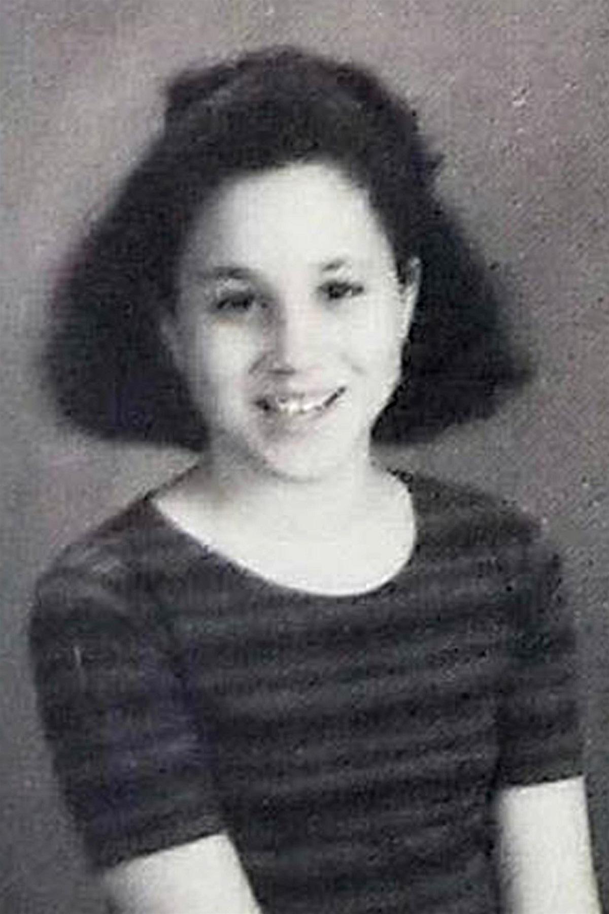 Fotografie alb-negru cu Meghan Markle din albumul de absolvire al școlii catolice la care a învățat