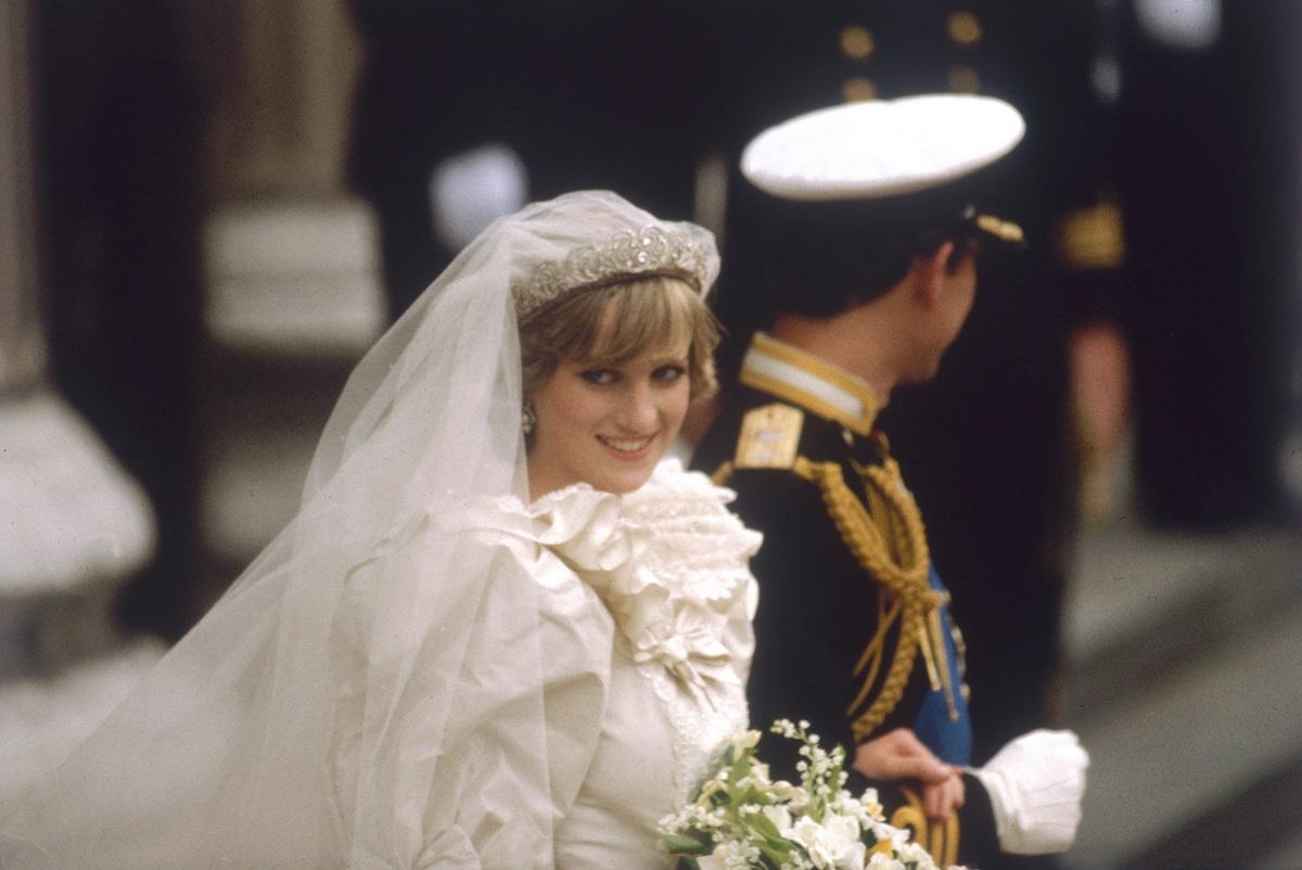 Prințesa Diana în rochie de mireasă în timp ce este condusă la altar de Prințul Charles la nunta regală din 1981