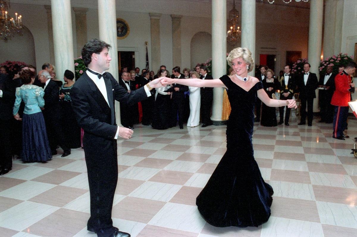 Povestea lui John Travolta îmbrăcat la costum negru alături de Prințesa Diana în timp ce aceasta face o piruetă