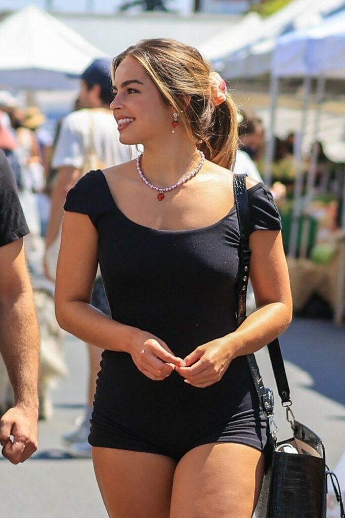 Addison Rae, într-o salopetă neagră, mulată, cu părul prins în coadă, pe o stradă din West Hollywood