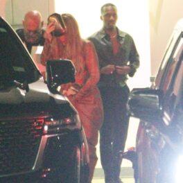 Adele, fotografiată într-o rochie lungă, elegantă, în timp ce urcă în mașină