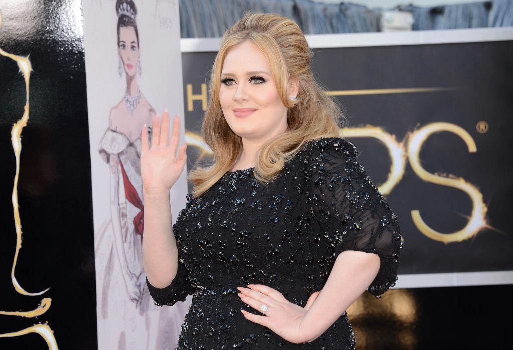 Adele, pe covorul roșu, la Annual Academy Awards, în anul 2013, într-o rochie cu paiete
