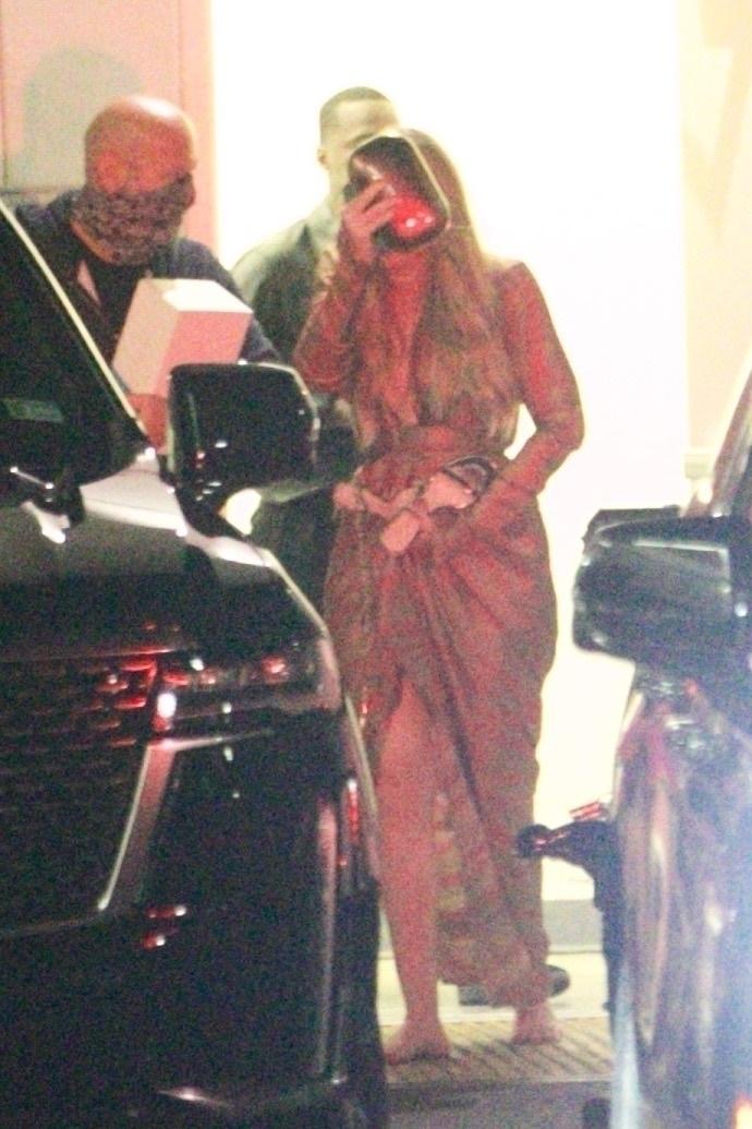 Adele, fotografiată în timp ce își ascunde fața de camere, și se urcă în mașină
