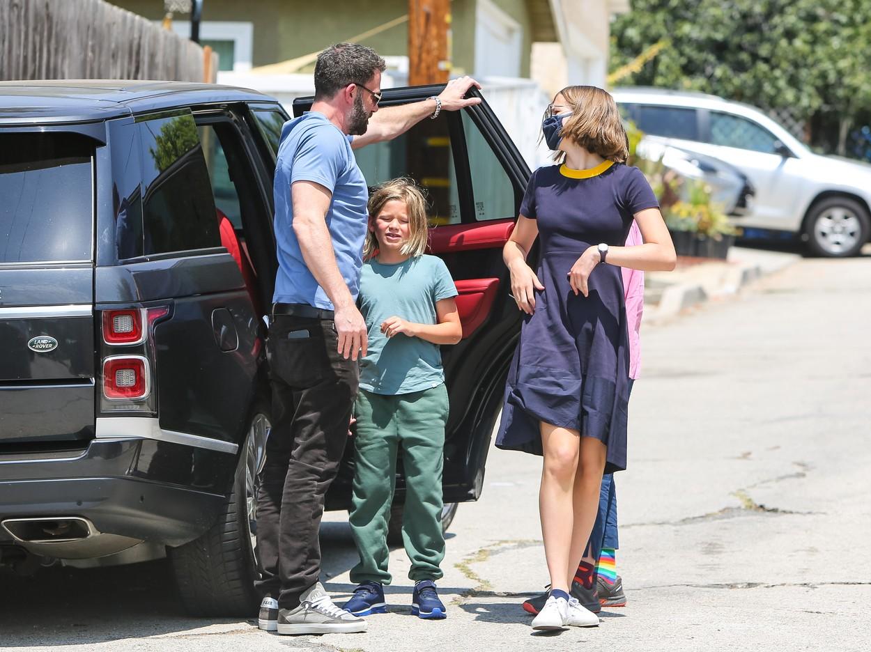 Ben Affleck, îmbrăcat sport, în Los Angeles, la mașină cu cei trei copii