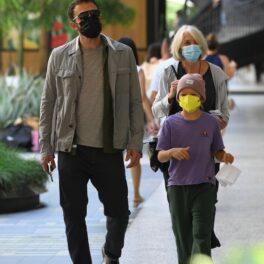 Ben Affleck, fotografiat alături de mama sa și de fiul lui, Sam, pe stradă în Los Angeles