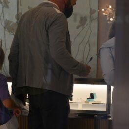 Ben Affleck, fotografiat într-un magazin de bijuterii, în fața unei vitrine cu inele de logodnă