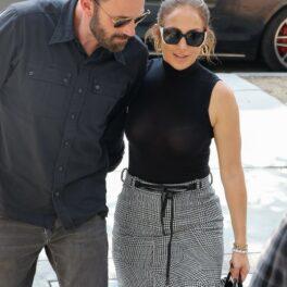 Jennifer Lopez și Ben Affleck, fotografiați în timp ce intră într-un mall din Los Angeles și poartă ținute asemănătoare