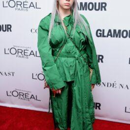 Billie Eilish a avut numeroase schimbări de look de-a lungul anilor. În 2017, ea a pășit pe covorul roșu îmbrăcată în verde, cu părul argintiu, fundal roșu cu alb